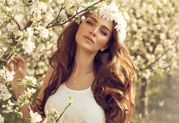 Peinados de madrina con corona de flores