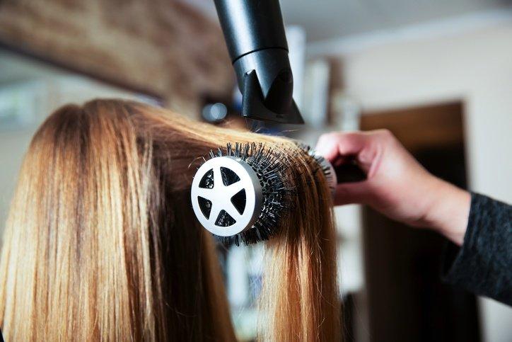 Plancharse el pelo. con. secador
