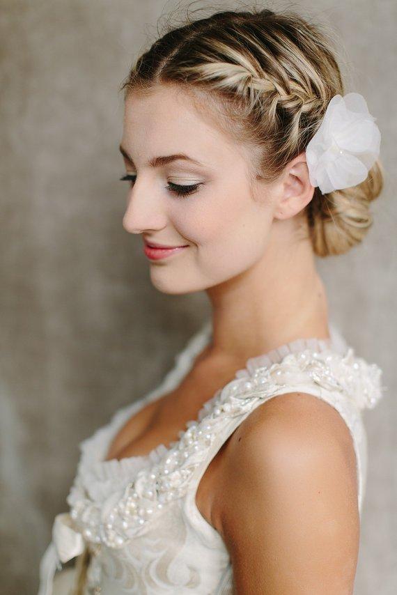 Peinados para novias 2014 recogido con trenzas de lado con flores