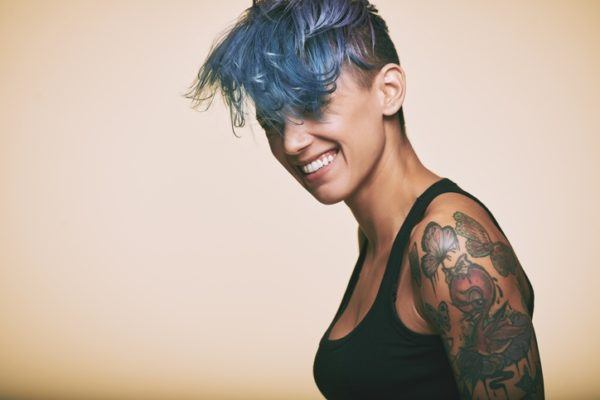 Cortes de pelo mujer corto con flequillo azul