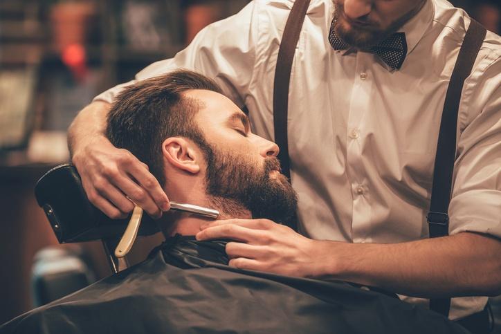 Cortes de pelo para el novio arreglandose la barba