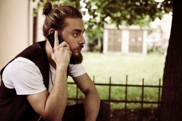 Cortes de pelo para el novio hablando por telefono