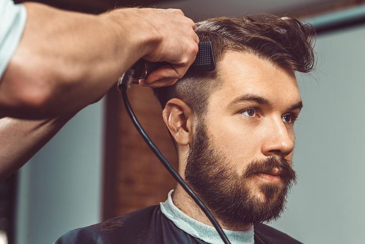 Cortes de pelo hombre hipster en el peluquero