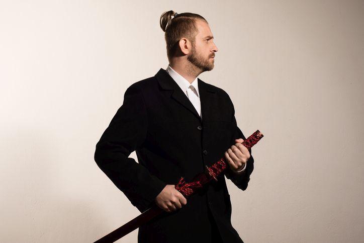 corte-de-pelo-para-hombre-joven-coleta-samurai