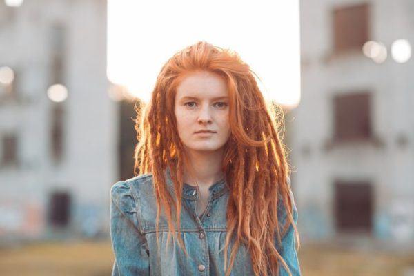 peinados-con-rastas-mujer-largo-pelirroja