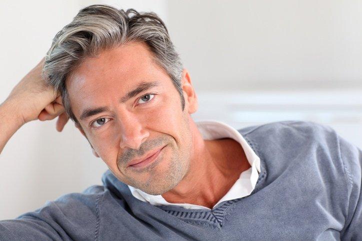 Cortes de pelo corto para hombre pelo gris con tupe