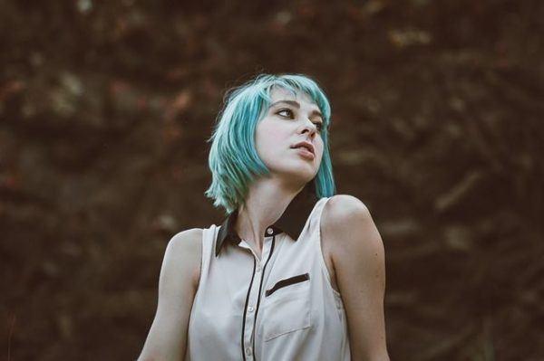 corte-de-pelo-bob-mujer-pelo-azul