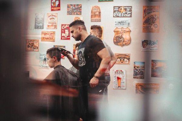 corte-de-pelo-corto-hombre-cortandose-pelo