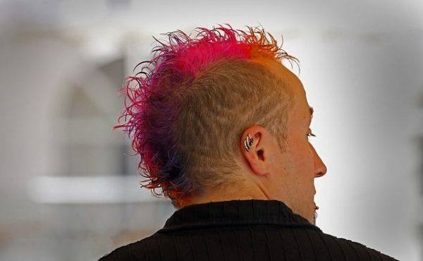 corte-de-pelo-corto-hombre-pelo-rosa-de-punta
