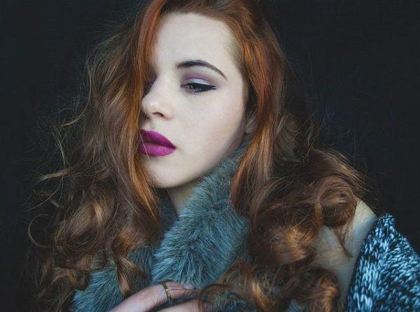 corte-de-pelo-rizado-mujer-foulard-de-pelo