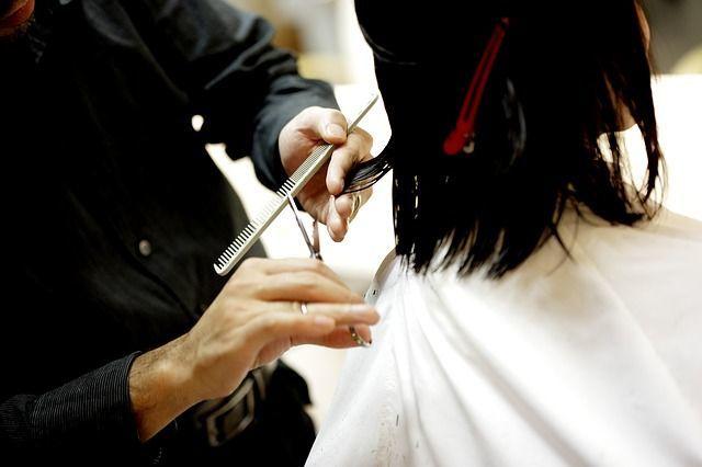 cortes-de-pelo-para-cara-alargada-peluquero-cortando