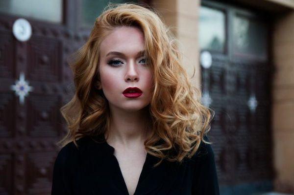 cortes-de-pelo-segun-la-cara-rubia-ondas-labios-rojos