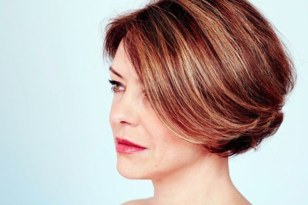 Cabello corto color chocolate con mechas beige