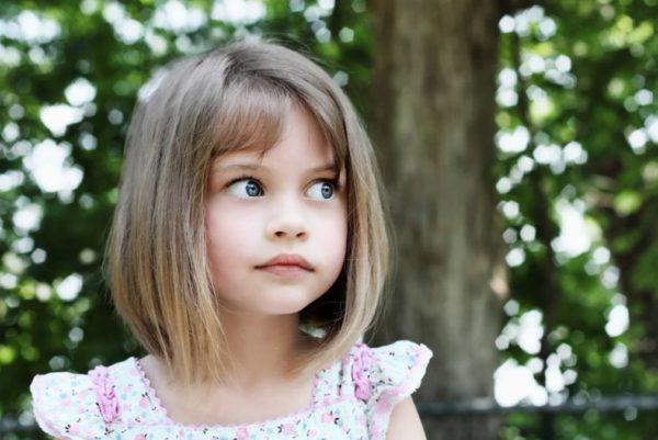 Cortes de pelo niña media melena flequillo corto