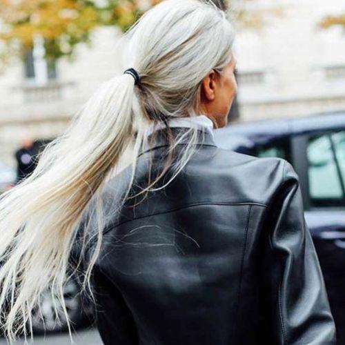 Mujer + de 50 pelo largo canas